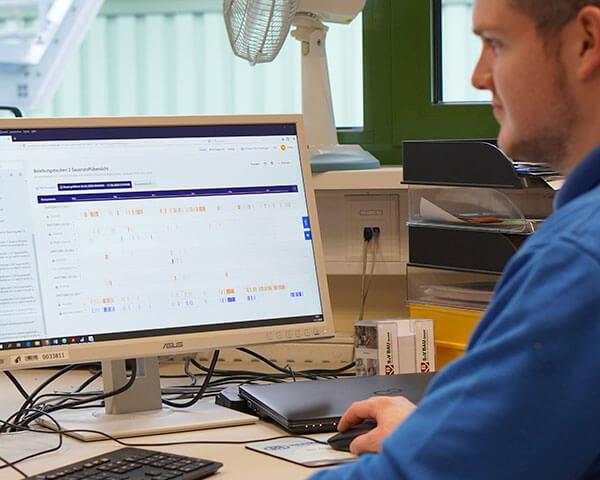 Das Bild zeigt Herr Bonnen an seinem Arbeitsplatz während er die TrendMiner-Software einsätzt.